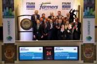 Yoram Knoop (CEO ForFarmers) sounds the gong to celebrate the listing.